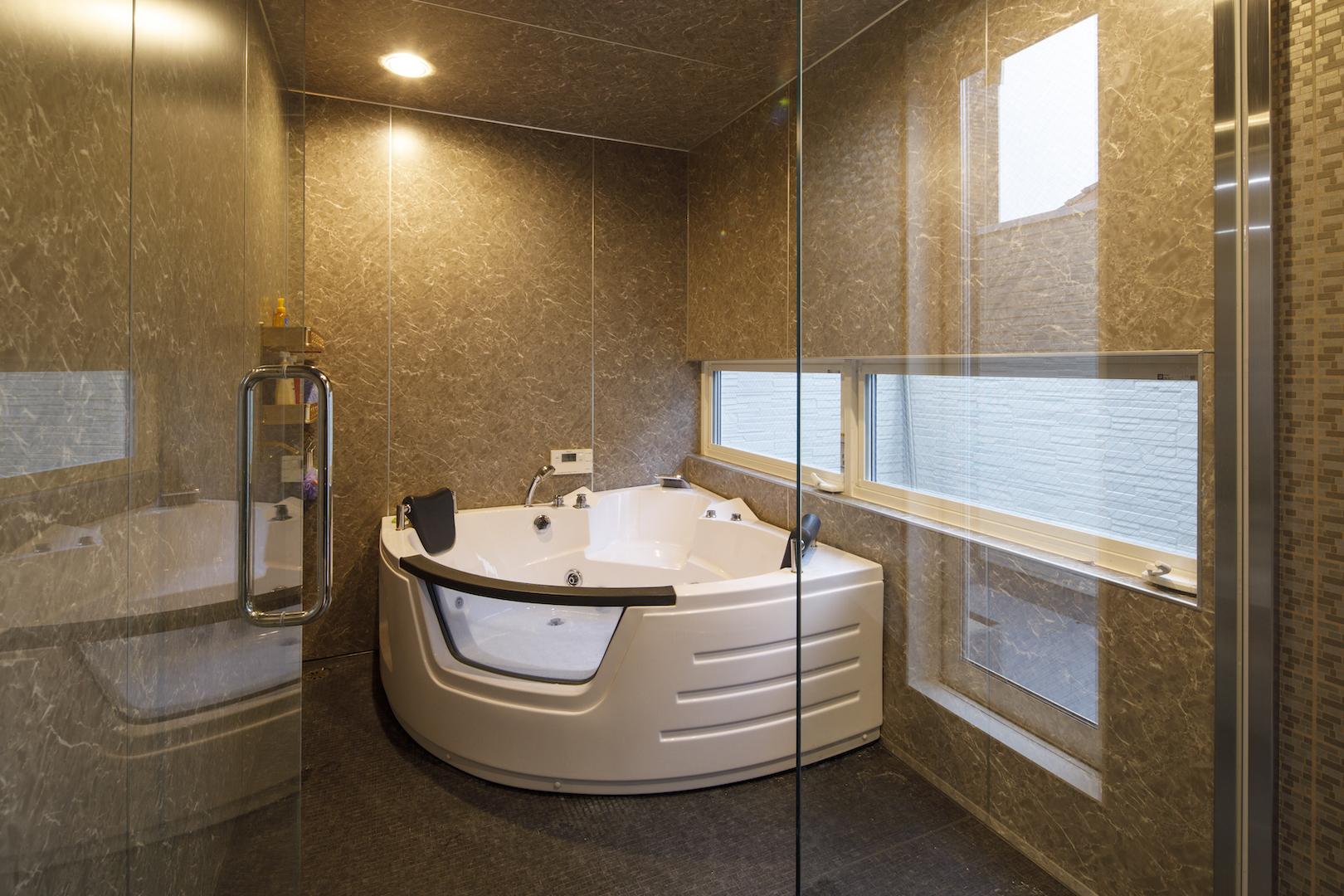 ファンライフOB訪問|ガラス張りの浴室と走り回れる屋上のあるNさん邸